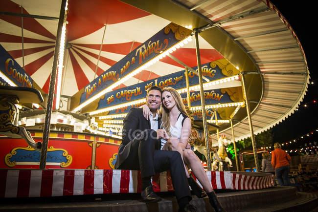 Abraços de casal por carrossel — Fotografia de Stock