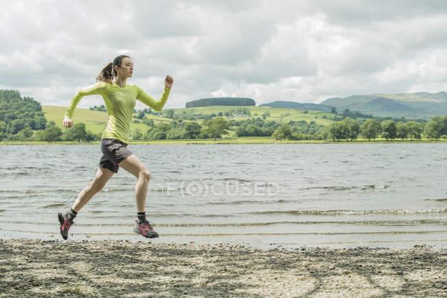 Девушка бежит по берегу — стоковое фото