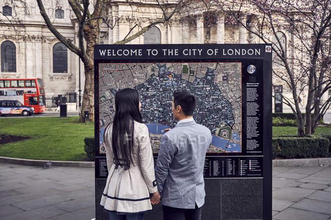 Particolarmente guardando la mappa della città di Londra — Foto stock