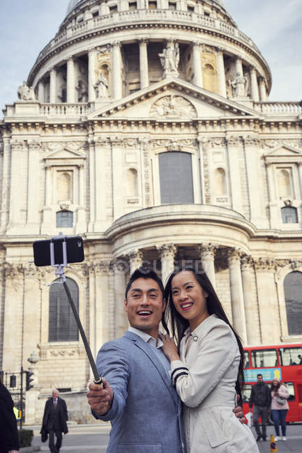 Paar nehmen Selfie gegen St Pauls Cathedral — Stockfoto