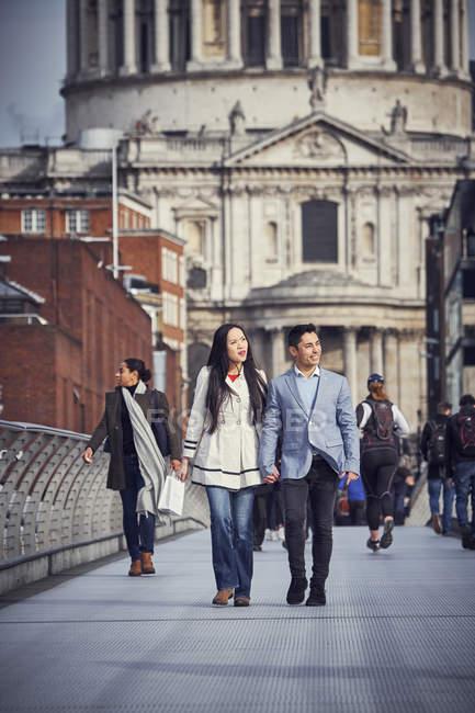 Couple japonais marchant au Millennium Bridge — Photo de stock
