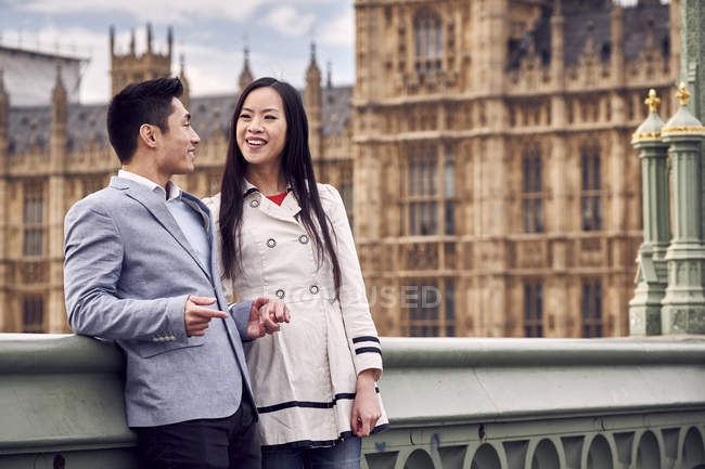 Pareja de pie en Westminster Bridge - foto de stock