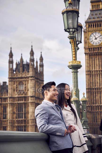 Пара, стоящая на Вестминстерском мосту — стоковое фото