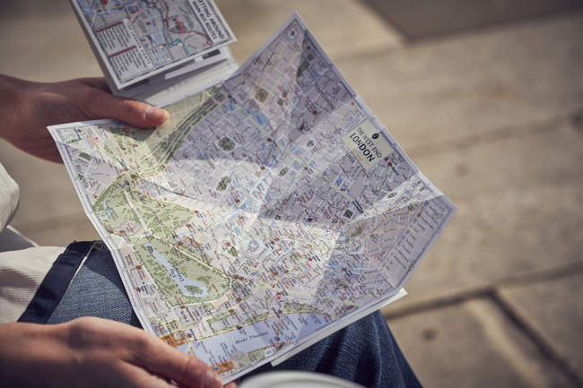 Tourist holding map of London — Stock Photo