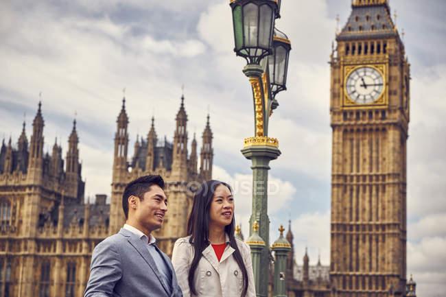 Casal em pé na ponte de Westminster — Fotografia de Stock