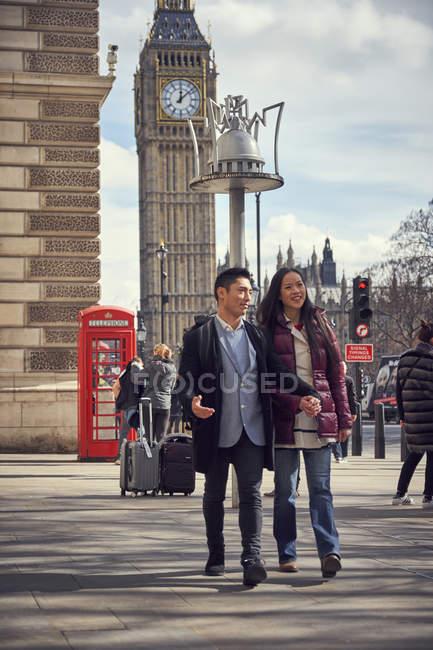 Pareja caminando y haciendo turismo en Londres - foto de stock