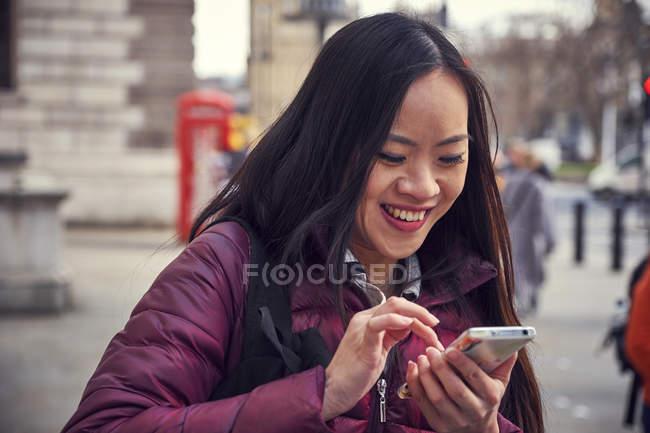 Mulher japonesa usando smartphone — Fotografia de Stock
