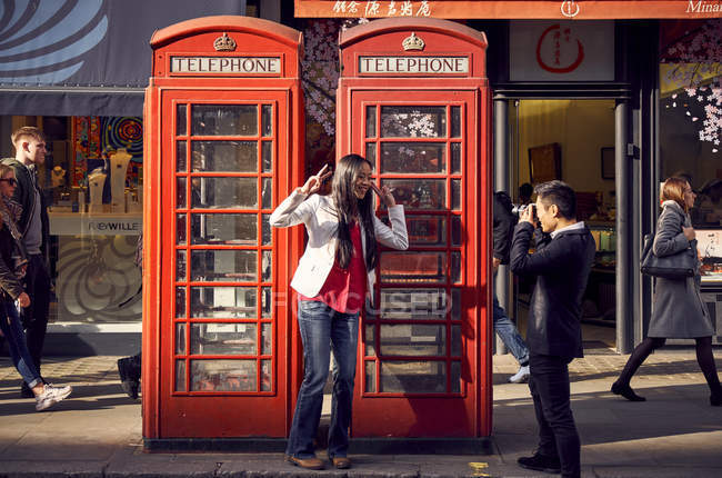 Man taking photos of girlfriend — Stock Photo