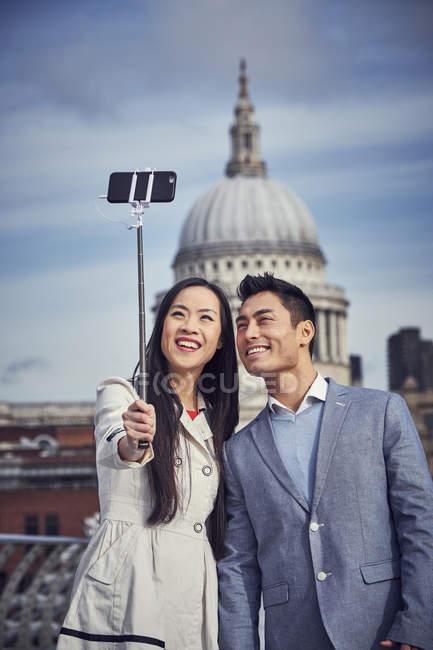 Пара беручи selfie стоячи на міст Міленіум — стокове фото