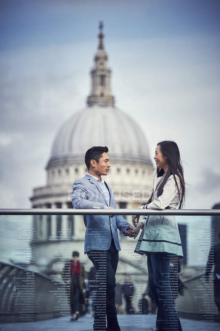 Japanese couple standing at Millennium Bridge — Stock Photo