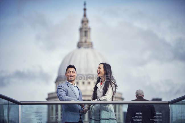 Couple japonais debout au Millennium Bridge — Photo de stock
