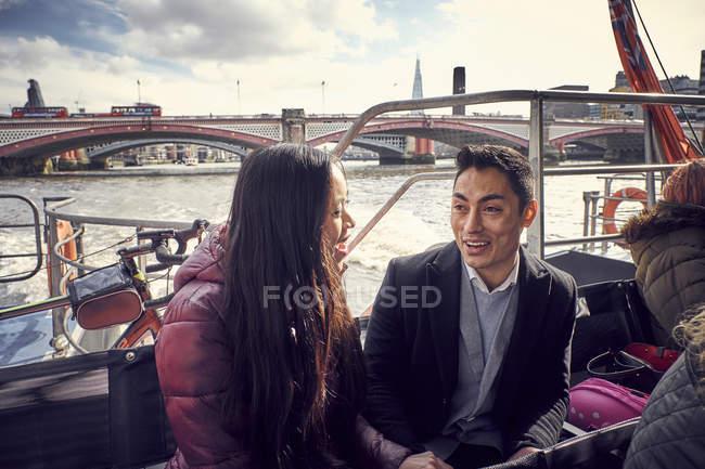 Пара говорити під час плавання на Річка Темза — стокове фото