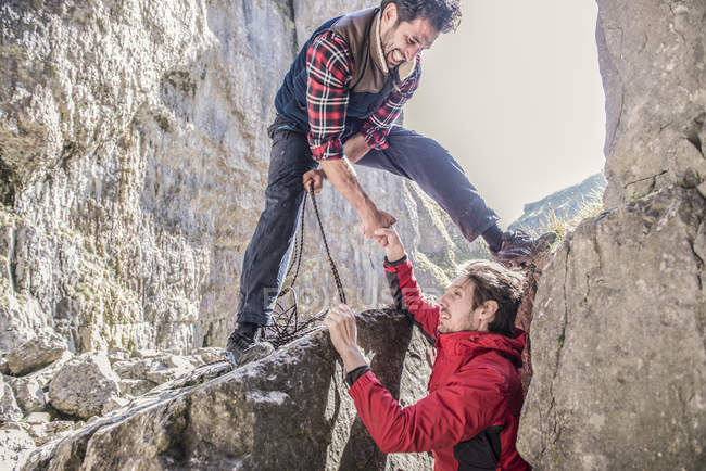 Deux alpinistes entraider — Photo de stock