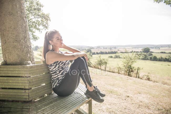 Junge Frau sitzt und entspannt — Stockfoto