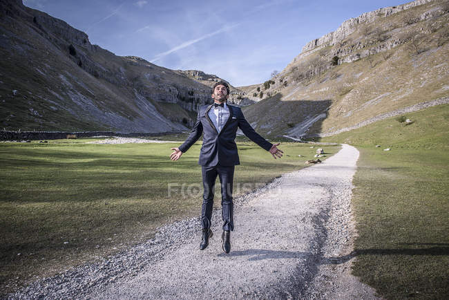 Man dressed in suit jumps — Stock Photo