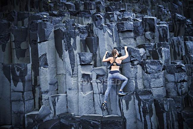 Giovane donna sicura di sé arrampicata — Foto stock