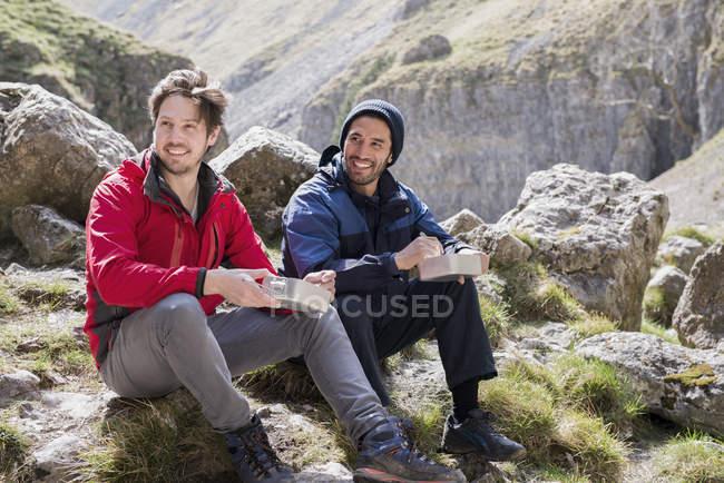 Два альпіністів в порізаного рельєфу. — стокове фото