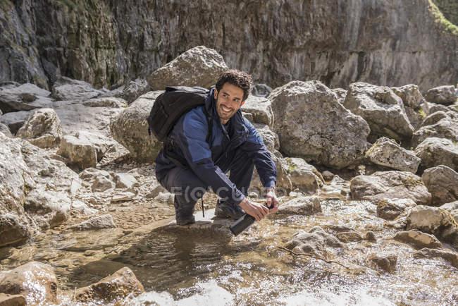 Альпініст наповнення його пляшку води — стокове фото