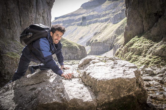 Alpinista en terreno accidentado - foto de stock