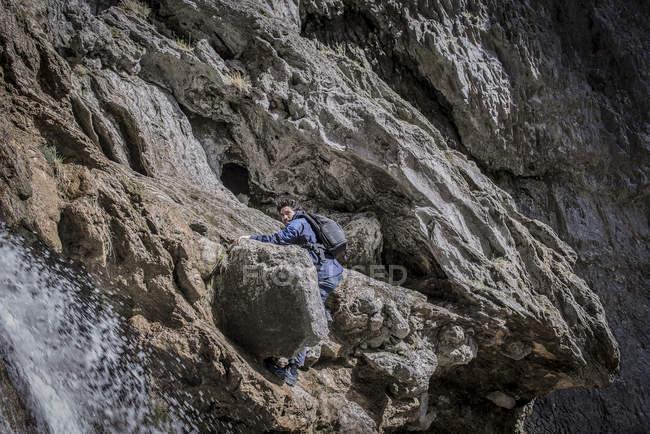 Альпініст в порізаного рельєфу. — стокове фото