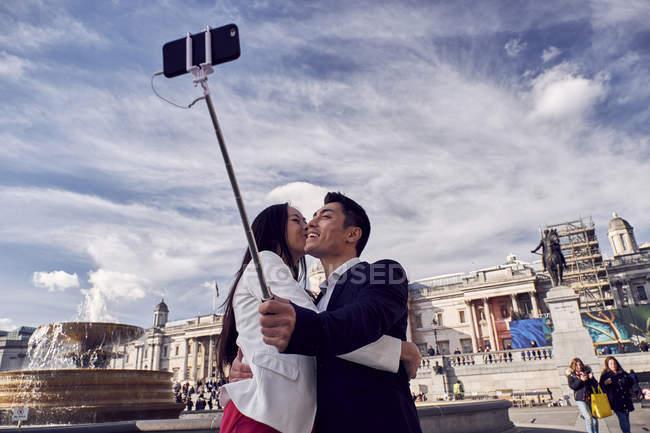 Couple taking selfie on trafalgar square — Stock Photo