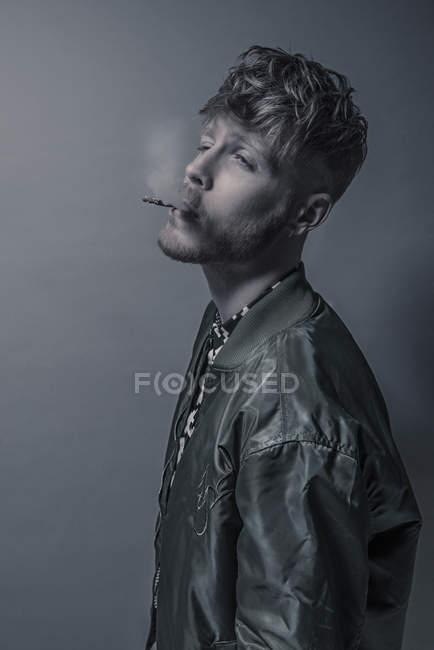 Бородатого мужчини куріння сигарет — стокове фото