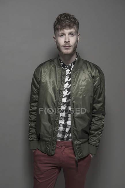 Homme portant une veste de bombardier verte — Photo de stock