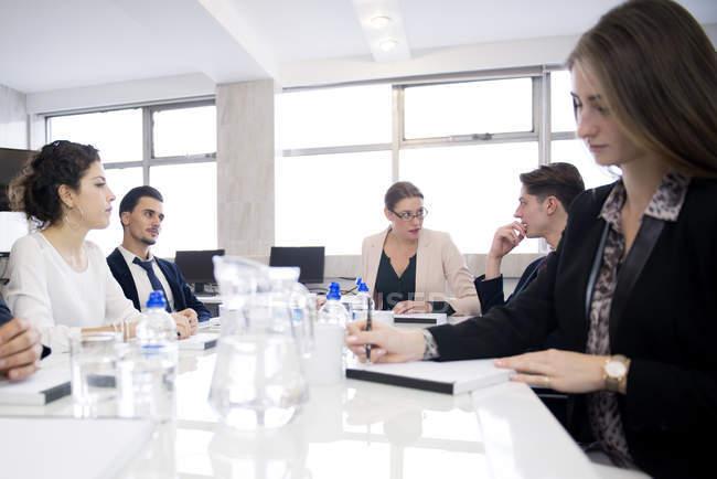 Menschen, die im Büro sitzen und diskutieren — Stockfoto