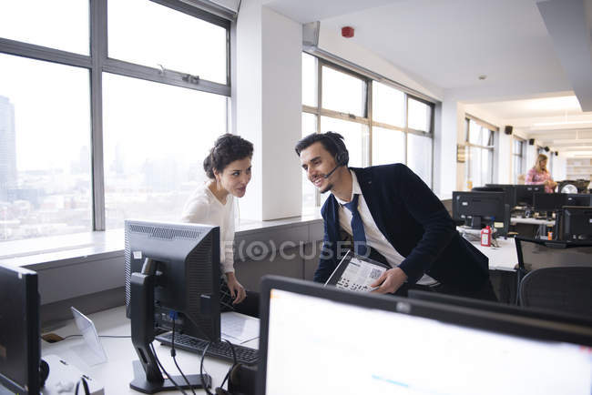 Colleagues analyzing business data on computer — Stock Photo