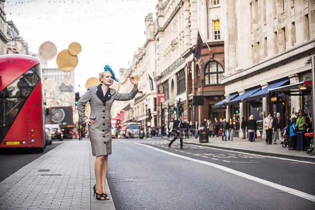 Жінка родом таксі на Ріджент-стріт — стокове фото