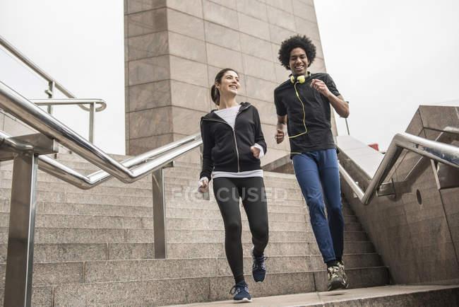 Couple d'assouplissement avant jog — Photo de stock