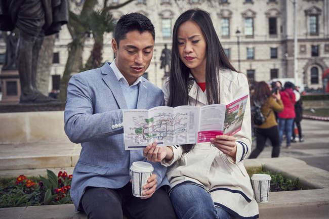 Пара, сидячи на вулиці в Лондоні — стокове фото