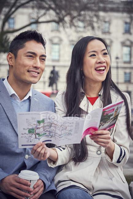 Paar, draußen zu sitzen, in London — Stockfoto