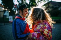 Pareja de hipsters abrazos - foto de stock