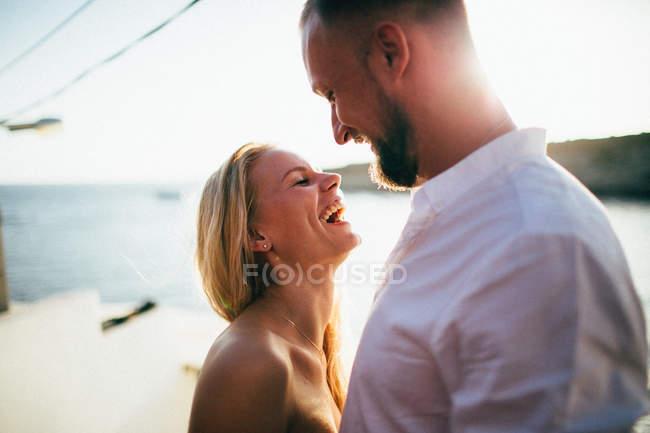 Молодая счастливая пара — стоковое фото