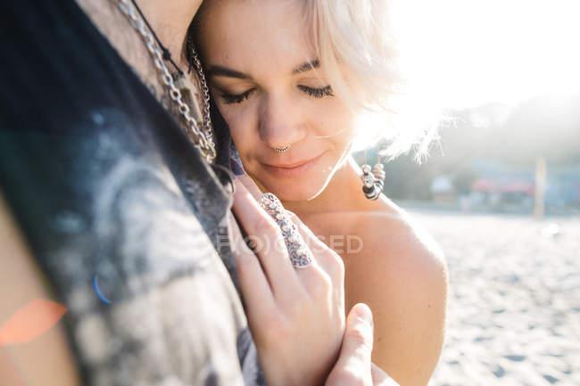 Felice coppia abbracci — Foto stock