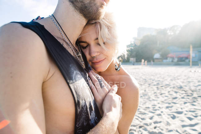 Feliz pareja abrazándose - foto de stock