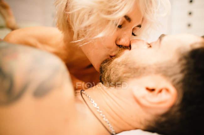 Пара цілується в ліжку — стокове фото