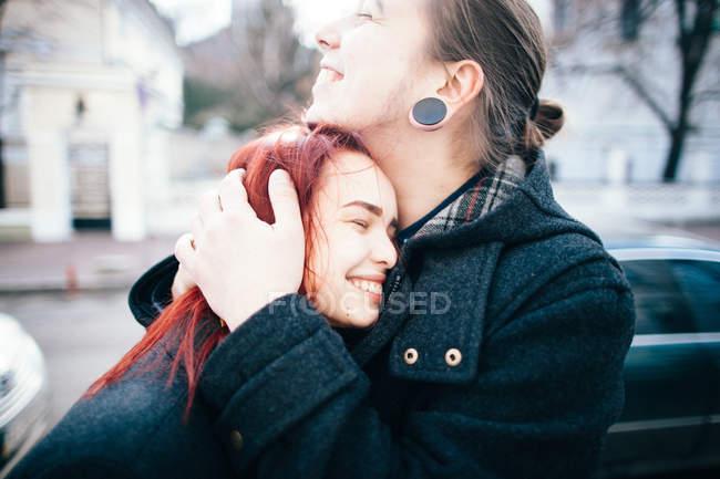 Concurso casal abraçando — Fotografia de Stock