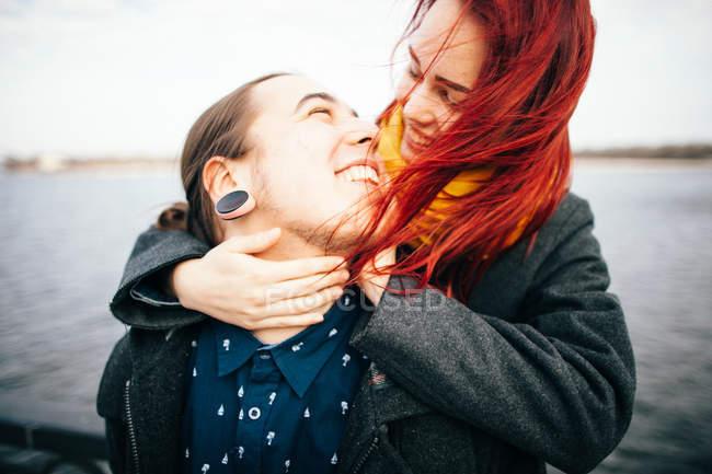 Glückliches Paar, umarmen — Stockfoto