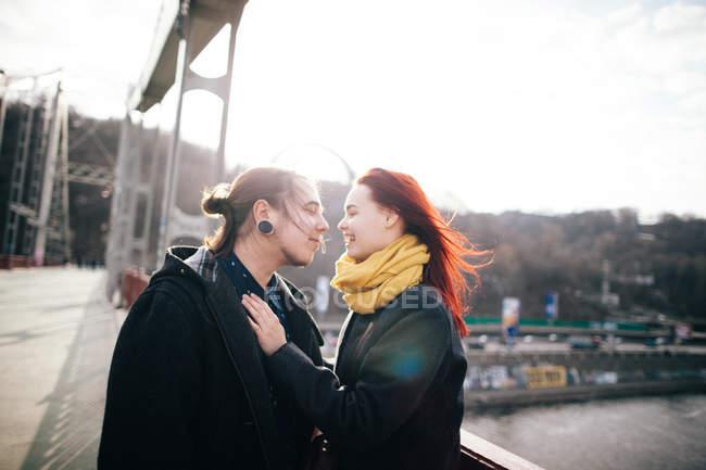 Glückliches Paar umarmt sich — Stockfoto