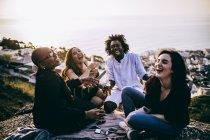 Amici che si godono da bere e parlare — Foto stock