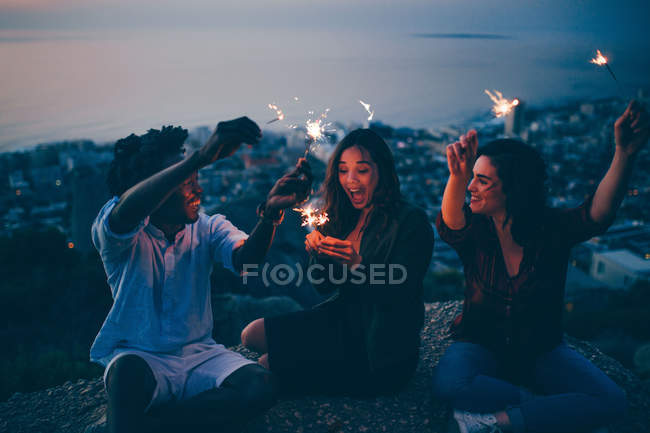Freunde feiern mit Wunderkerzen — Stockfoto
