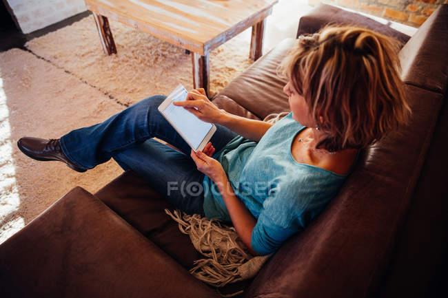 Mulher usando smartphone — Fotografia de Stock