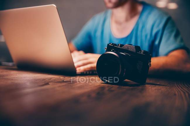 Людина робить постпродакшн його фотографії — стокове фото