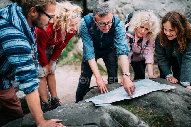 Randonneurs, vérifiant l'itinéraire sur la carte — Photo de stock