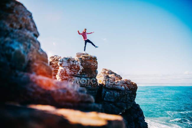 Man balancing on cliff — Stock Photo
