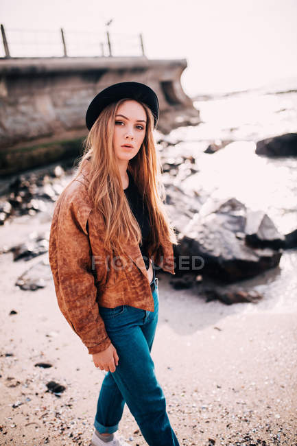 Woman walking on beach — Stock Photo