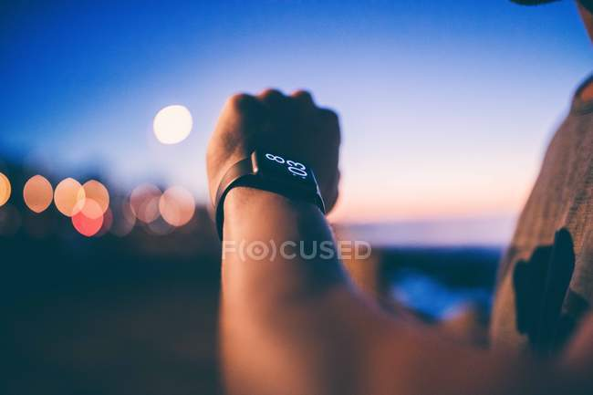Проверка времени с умным часы человек — стоковое фото