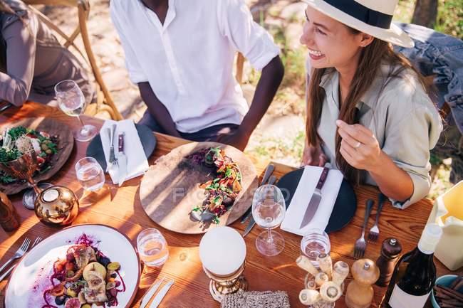 Freunde genießen Mittagessen — Stockfoto